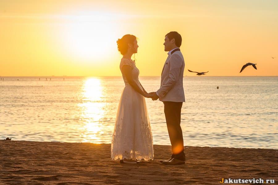 Романтическая свадебная фотосессия на пляже в Барселоне