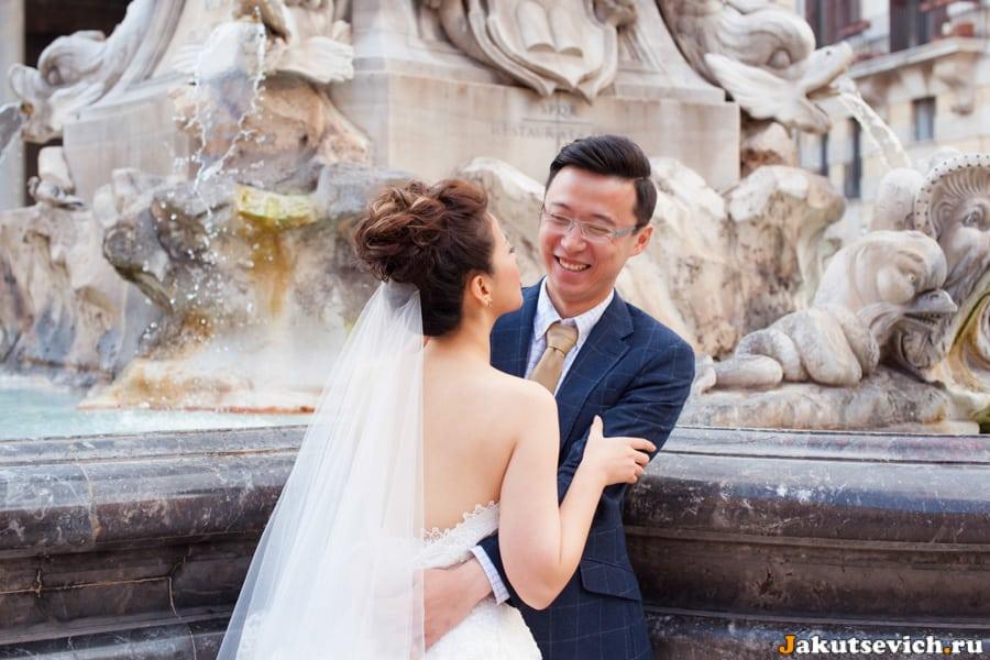 Счастливые влюбленные и римский фонтан