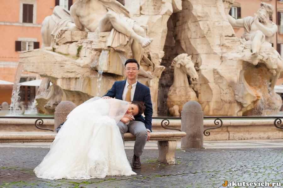 Фонтан четырех рек на площади Навона, жених и невеста