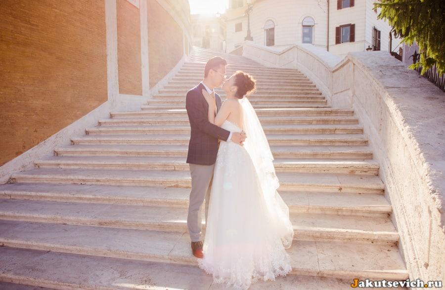 Испанская лестница, жених и невеста целуются
