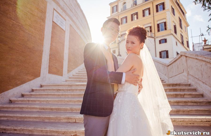 Солнце встает над Испанской лестницей в Риме