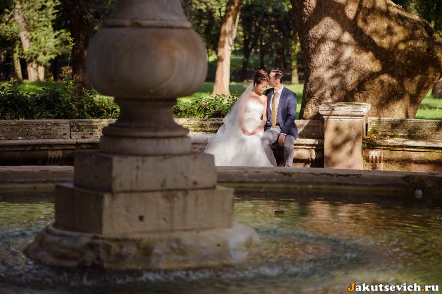 Влюбленные на вилла Боргезе в Риме